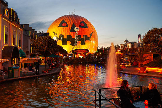 Halloween im Europa-Park mit dem größten Kürbis der Welt. Bild: Europa-Park