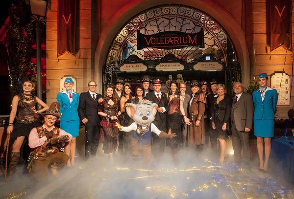 Die Familie Mack mit den Honoratioren des Adventure Club of Europe vor dem Voletarium. Bild: Europa-Park