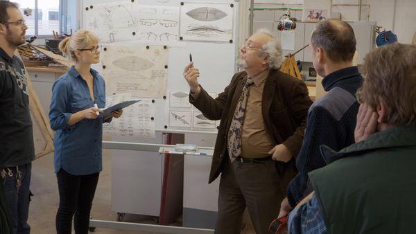 """In """"Die Erstflugtheorie"""" beweist Professor Nikolajew die Flugtauglichkeit des Fluggeräts der Gebrüder Eulenstein. Bild: Europa-Park"""