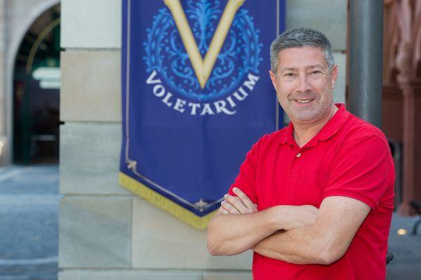 """Der Moderator des Missen-Team-Cup 2017 Joachim Llambi vor der neuen Attraktion """"Voletarium"""" im Europa-Park. Bild: Europa-Park"""