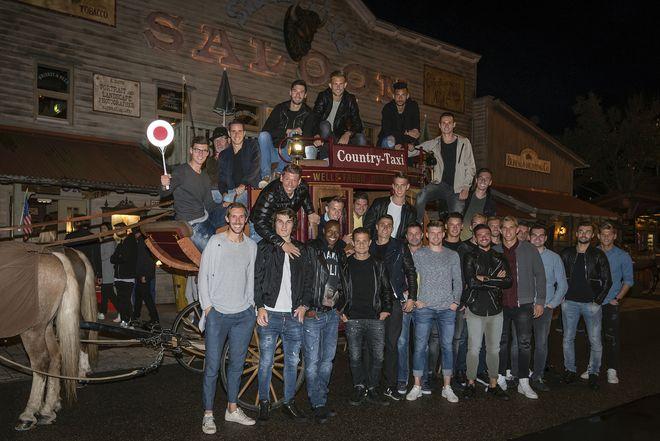 Die Mannschaft des SC Freiburg vor dem Silver Lake Saloon im Camp Resort des Europa-Park. Bild: Europa-Park