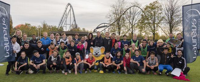 Miriam Mack (Mitte) mit Fredi Bobic und Timo Bracht sowie den Teilnehmern des Laureus Jugendcamps im Europa-Park . Bild: Europa-Park