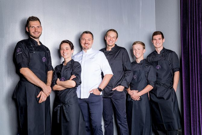 Peter Hagen-Wiest (Mitte) und sein Team freuen sich über die großartige Auszeichnung. Bild: Europa-Park