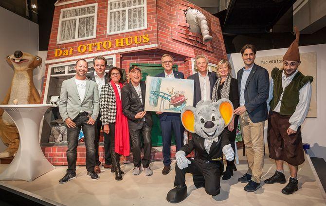 """Die Inhaberfamilie Mack freut sich mit Künstler Otto Waalkes (4.v.li.) und Sänger sowie Laudator DJ BoBo (li.) über die Eröffnung der neuen Ausstellung """"OTTOs Welt"""" im Europa-Park. Bild: Europa-Park"""