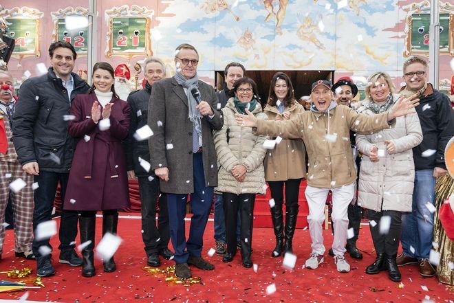 Die Inhaberfamilie Mack freut sich mit Otto und dem Ruster Bürgermeister Kai-Achim Klare (re.) auf die 17. Wintersaison. Bild: Europa-Park