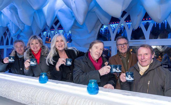 """(v.l.n.r.): Aufwärmen in der Eisbar """"Glaciar"""": Jürgen und Mauritia Mack, Elvira und Günter Netzer, Roland Mack und Berti Vogts. Bild: Europa-Park"""