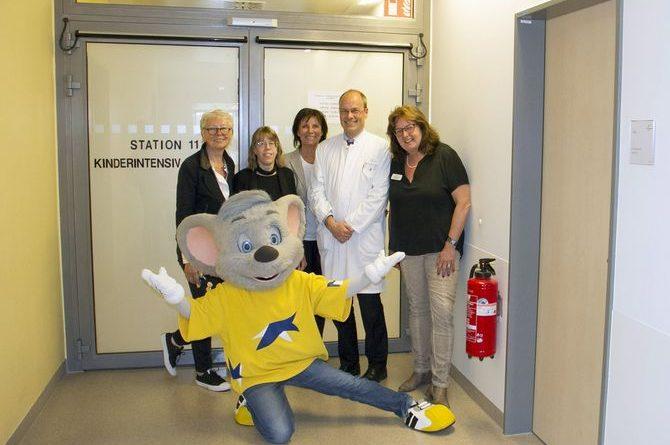 Marianne Mack (Mitte) hilft gerne und freut sich, mit Spenden die Kinderintensivstation des Klinikums in Villingen-Schwenningen unterstützen zu können. Bild: Europa-Park