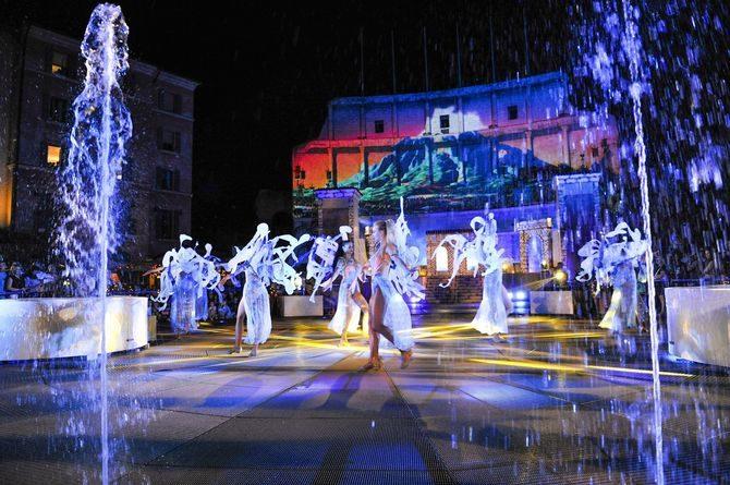 "Die neue Sommershow ""Colossal, il viaggio per Rulantica"" im Innenhof des Hotel Colosseo. Bild: Europa-Park"