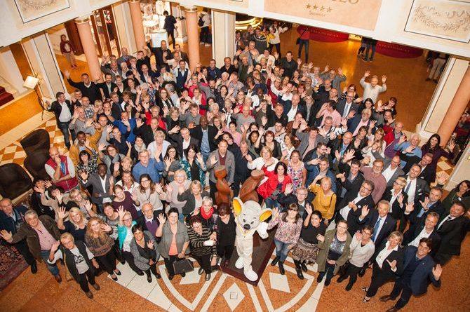 """Konstanten des Erfolgs unter sich: die Europa-Park Jubilare in der Lobby des 4-Sterne Superior Hotels """"Colosseo"""". Bild: Europa-Park"""