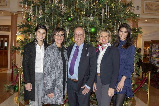 Katja und Marianne Mack, Michael Nitze, Mauritia und Miriam Mack (v.l.) freuen sich über die schöne Überraschung. Bild: Europa-Park