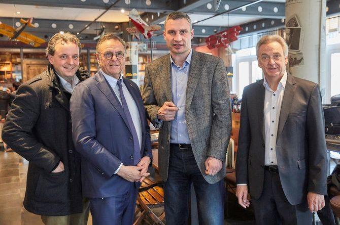 """Vitali Klitschko (3.v.l.) mit Michael, Roland und Jürgen Mack im Europa-Park 4-Sterne Superior Hotel """"Bell Rock"""". Bild: Europa-Park"""