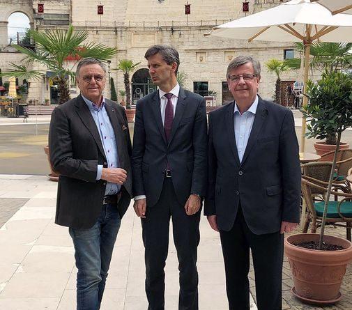 Europa-Park Inhaber Roland Mack begrüßt den österreichischen Botschafter Dr. Peter Huber (Mitte) und den früheren Finanzminister des Landes Baden-Württemberg Willi Stächele. Bild: Europa-Park