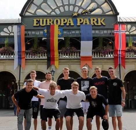 10 Spieler des SC Freiburg im Europa-Park. Bild: Europa-Park