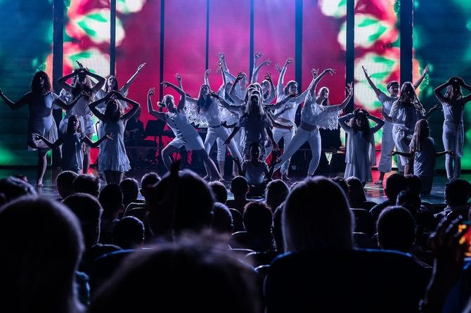 Klein und Groß standen bei der Broadway Dreams Show gemeinsam auf der Bühne. Bild: Europa-Park