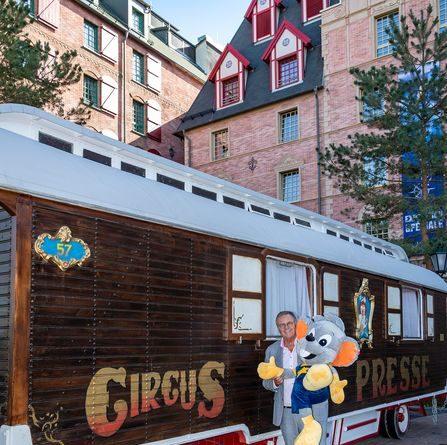 Der Zirkus-Pressewagen von Franz Mack begrüßt die Gäste vor dem Hotel Krønasår. Bild: Europa-Park