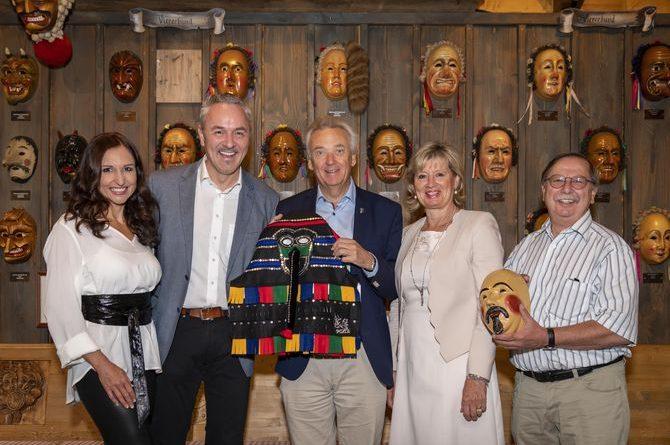 Anita Hofmann, Christian Filip und Eberhard Schmid übergeben die Masken an Jürgen und Mauritia Mack. Bild: Europa-Park