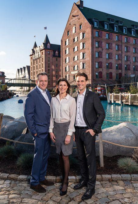 """Michael, Ann-Kathrin und Thomas Mack vor dem neuesten 4-Sterne Superior Hotel """"Krønasår"""" des Europa-Park. Bild: Europa-Park"""