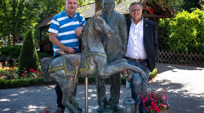 Alois Braun, Fan der ersten Stunde, wurde von Europa-Park Inhaber Roland Mack persönlich zum Saisonstart 2020 eingeladen. Bild: Europa-Park