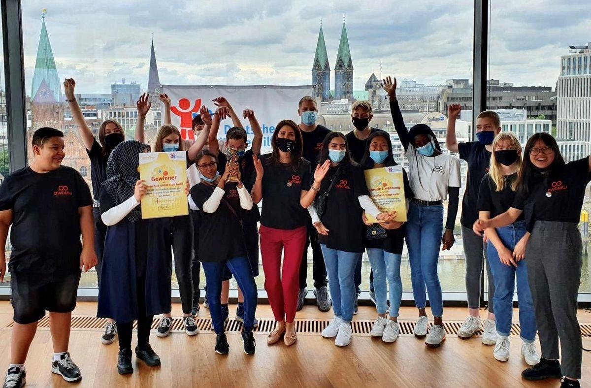 """Miriam Mack mit der Gewinnergruppe """"DWDMIU - eine Werbekampagne gegen Hass und für ein Miteinander"""". Bild: Europa-Park"""