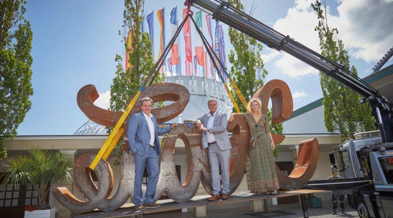 Die geschäftsführenden Gesellschafter des Europa-Park Michael und Roland Mack mit Mia Florentine Weiss. Bild: Europa-Park