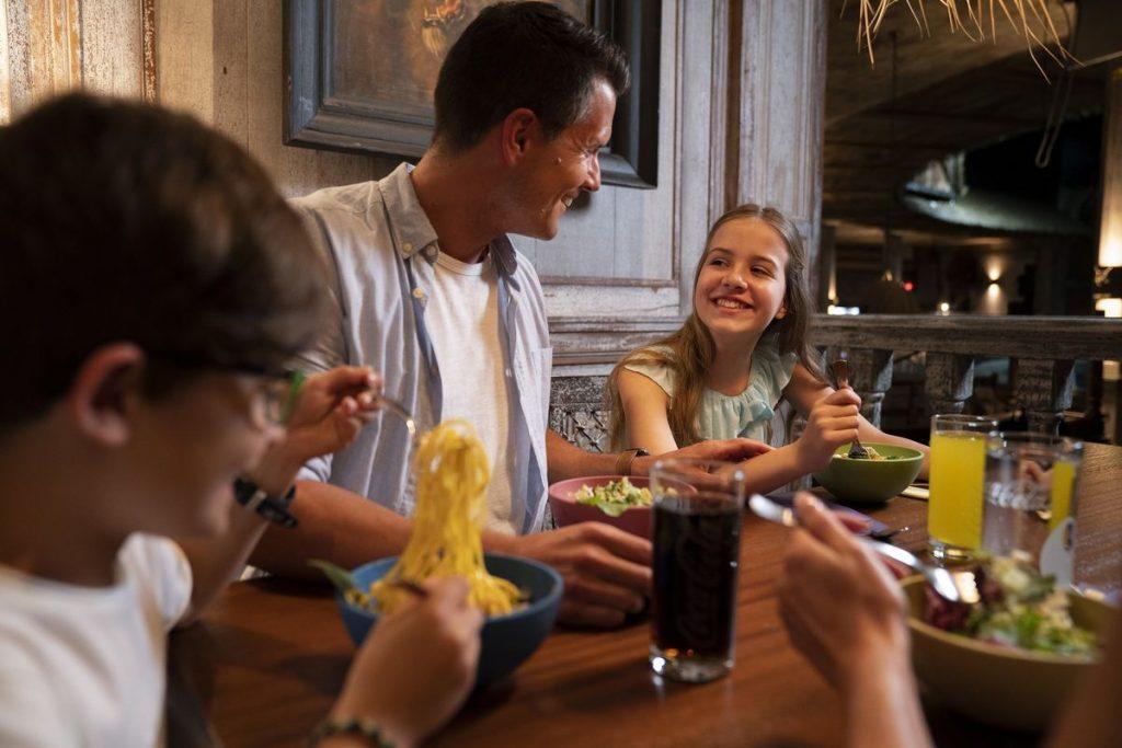 """Schlemmen mit den """"Piraten in Batavia"""" Das Restaurant """"Bamboe Baai"""" feiert Wiedereröffnung. Bild: Europa-Park"""