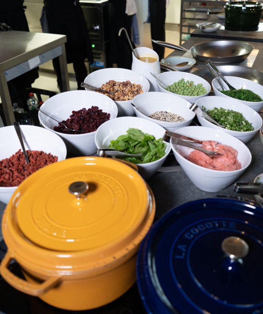 """Eine große Auswahl frischer Zutaten erwartet die Gäste – von Gemüse und Fleisch bis hin zu Erdnüssen, Sesam, Ingwer und leckeren Saucen. Die Reis- und Nudel-Bowls im """"Bamboe Baai"""" werden individuell und frisch für die Gäste zubereitet. Bild: Europa-Park"""