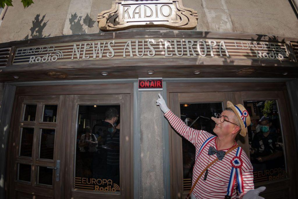 """Zum Französischen Nationalfeiertag geht das """"EUROPA Radio"""" live aus dem Französischen Themenbereich on air. Bild: Europa-Park"""