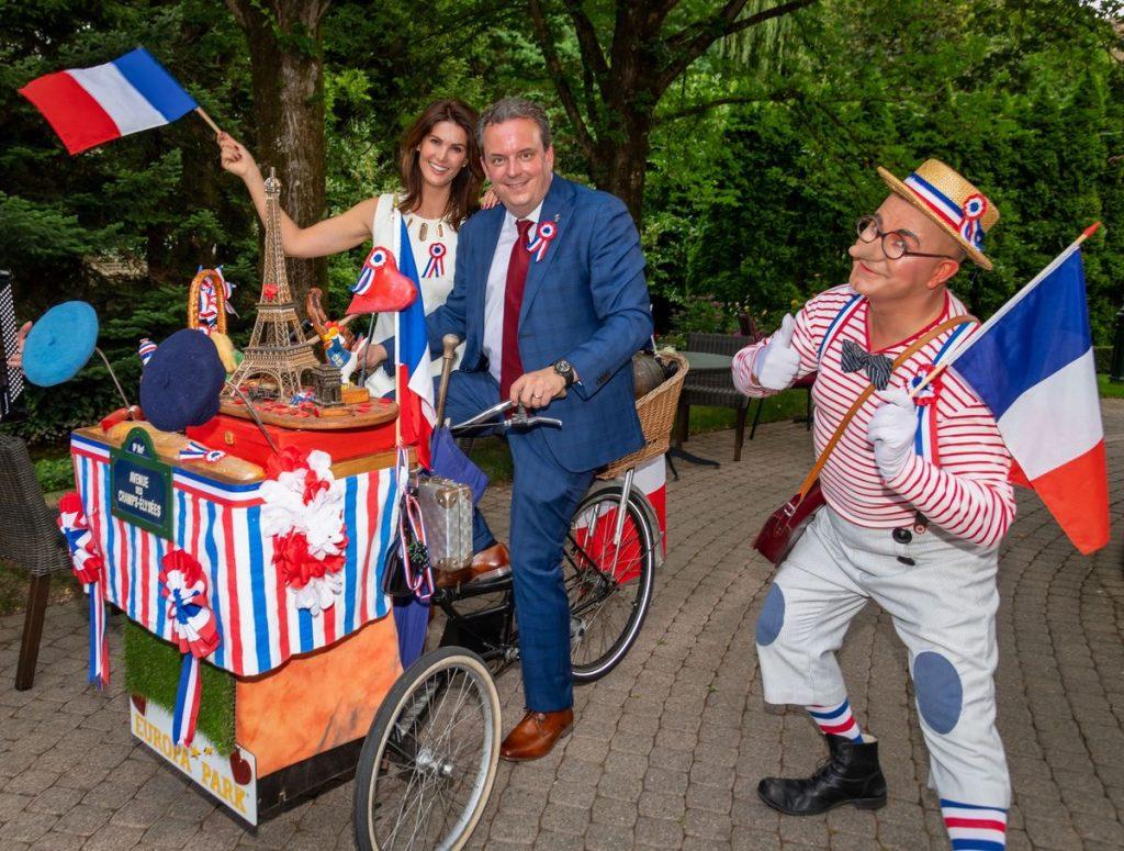 Der französische Honorarkonsul Michael Mack und seine Frau Miriam schicken ein Zeichen der Verbundenheit an die Grande Nation. Bild: Europa-Park