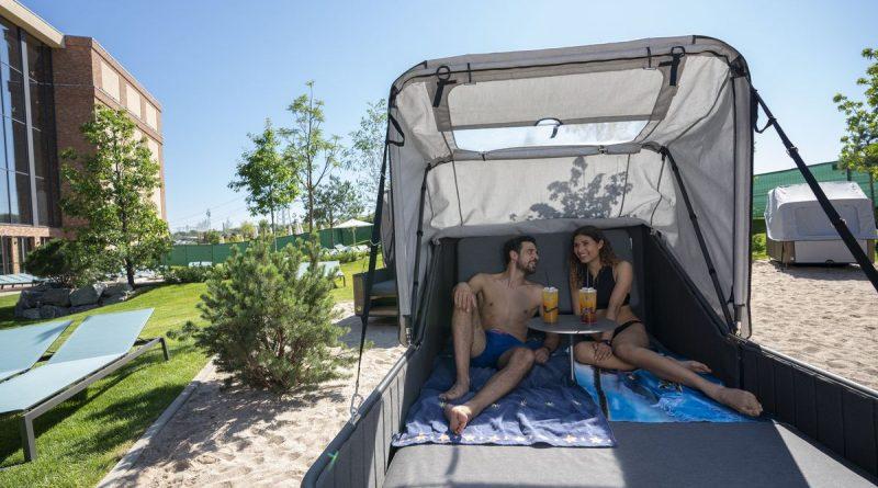 """In den neuen """"Komfort Inseln"""" rund um den Frigg Tempel von Rulantica lässt es sich herrlich relaxen. Bild: Europa-Park / Rulantica"""