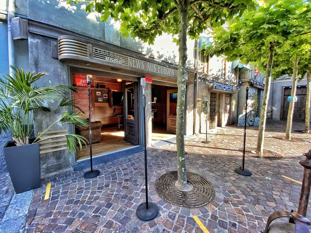 """Im """"Studio78"""" in der Französischen Filmstraße können die Besucher den Moderatoren über die Schulter sehen. Bild: Europa-Park"""