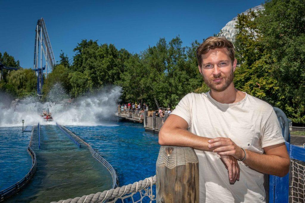 """Vom """"Traumschiff"""" in den Europa-Park: Schauspieler Tommy Schlesser genießt den freien Tag bei sommerlichen Temperaturen. Bild: Europa-Park"""