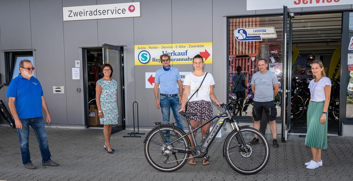 Peter Schönstein, Marianne Mack und Dr. Michael Thoma (v. li.) freuten sich, Lisa Walter das neue E-Bike übergeben zu können. Bild: Europa-Park