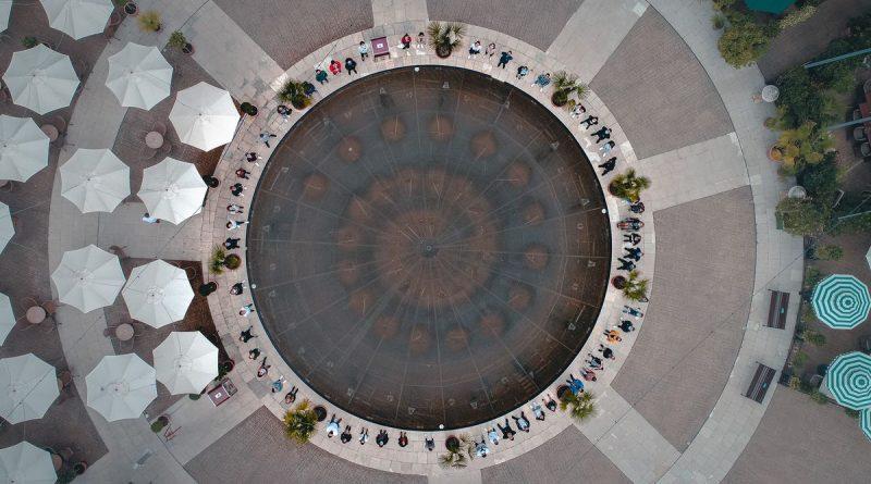 """Investition in die Zukunft: 65 junge Auszubildende schlagen im Europa-Park ein neues Kapitel auf - hier auf der Piazza des Hotels """"Colosseo"""". Bild: Europa-Park"""