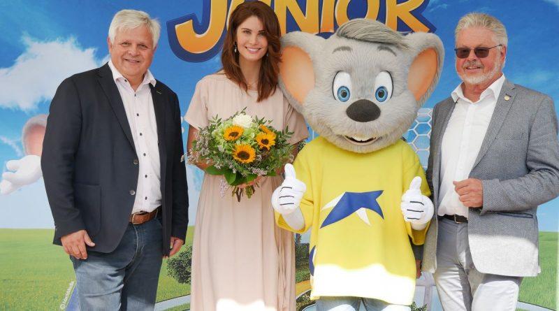Die beiden Geschäftsführer Thomas Müller (l.) und Roland Wehrle danken Miriam Mack für ihren Besuch anlässlich des Weltkindertages. Bild: Europa-Park