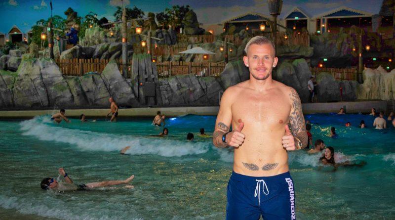 """Der Fußballprofi des SC Freiburg Jonathan Schmid am """"Surf Fjørd"""" in der Wasserwelt Rulantica. Bild: Europa-Park"""