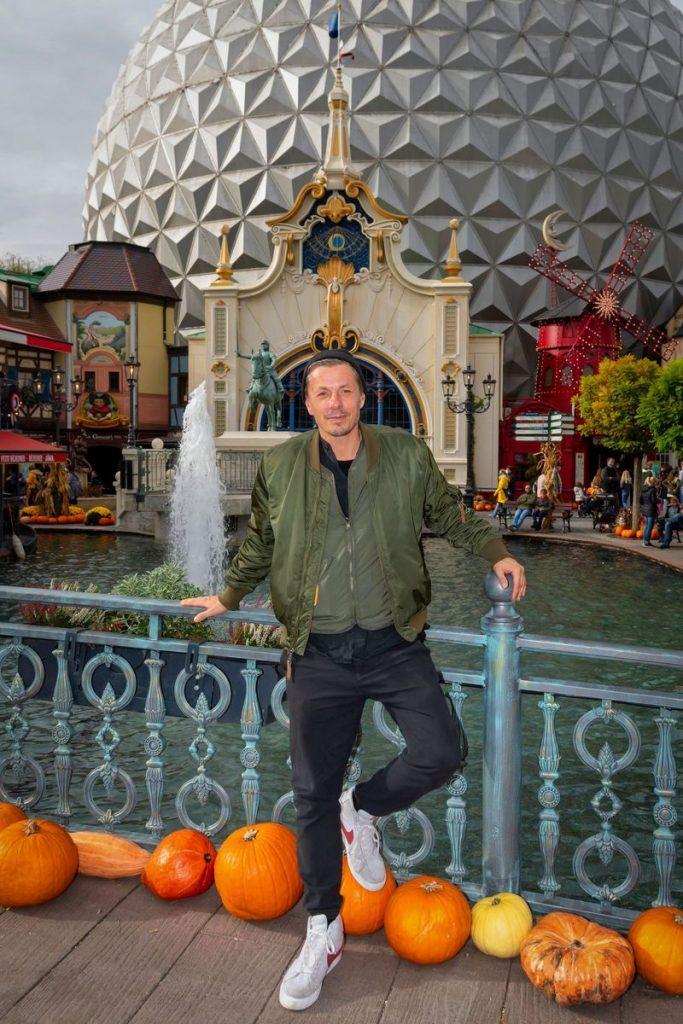 Michi Beck genießt die entspannte Atmosphäre im herbstlich dekorierten Europa-Park. Bild: Europa-Park