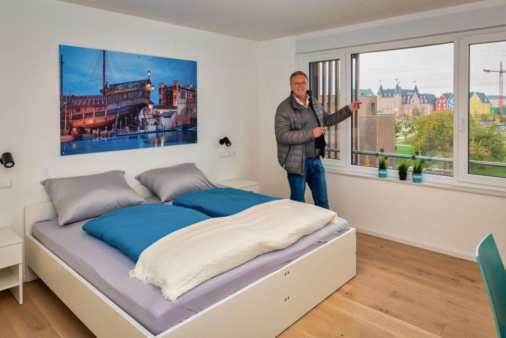 """Europa-Park Inhaber Roland Mack präsentiert stolz eine der neuen Wohnungen mit Blick auf das Hotel """"Krønasår"""". Bild: Europa-Park"""