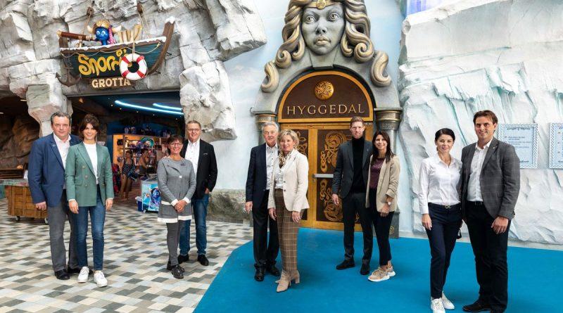 """Die Europa-Park Inhaberfamilie Mack freut sich über die Fertigstellung der neuen Wohlfühloasen – hier vor dem imposanten Eingangstor von """"Hyggedal"""". Bild: Europa-Park"""